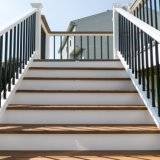 Grand dos de fer d'escalier et clôture noire et grise ronde de balustres