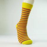 Trifft gekämmtes Kleid der Männer Baumwollkundenspezifische Socken hart