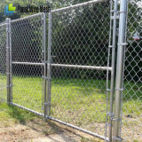 熱いすくいのかみそりワイヤーが付いている電流を通されたチェーン・リンクの塀