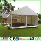 천막을 광고하는 큰 옥외 선전용 전시