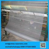 Серый цвет невидимых насекомых из стекловолокна на экране окна проволочной сеткой