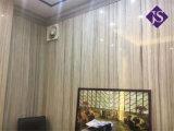 Кристально чистый деревянный белыми мраморными плитками на полу для