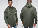 Incappucciato impermeabile di verde del pullover degli uomini