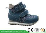 子供のNon-Slipping Outsoleの平らなフィートの防止のスポーツの運動靴