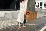 女性のビキニの水着の隠蔽の花いっぱいのかぎ針編みのロングビーチの服