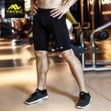 Gli uomini mettono i pantaloni in cortocircuito di scarsità di ginnastica di compressione delle calzamaglia