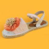 Le donne hanno chiuso le scarpe di tela dei sandali di Strape della caviglia di colore rosa del cuneo della punta