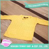 O teste padrão de confeção de malhas amarelo do bebê caçoa camisolas para meninas