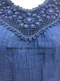 La parte superiore del tessuto tessuta modo per le donne con merletto ed i branelli acrilici arrotondano il Neckline