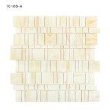 Классическая стена ванной комнаты конструкции кроет бежевую мозаику черепицей цветного стекла