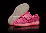 Подгоняйте ботинки спорта света СИД идущие для детей