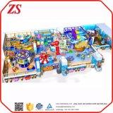 Resistente a los niños felices en el interior de la zona comercial de equipos de juego