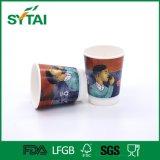 Le bevande freddo/calde hanno colorato la tazza calda isolata doppia delle tazze di carta di vendita