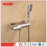 Colpetti di miscelatore d'ottone del bagno della stanza da bagno fissata al muro del bicromato di potassio con l'acquazzone tenuto in mano