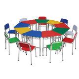 Mesa e cadeira de madeira da sala de aula do berçário