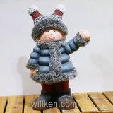 La petite fille de belle statue est employée pour la décoration extérieure et à la maison à Noël