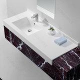 反対の流しの上の浴室の固体表面の石