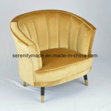 居間の家具の真鍮の足を搭載する淡いブルーのビロードのソファー