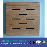 耐久財は木の材木の装飾的な壁の音響パネルに細長い穴をつける
