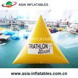 As bóias insufláveis em forma triangular de marcador Triathlons Água