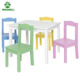 純木の幼稚園の学校の表および椅子