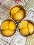 As conservas de frutas frescas em metades de pêssego amarelo