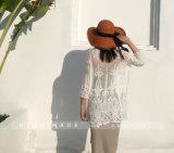 女性のレースの網の丸首の透過長い袖はワイシャツのブラウスを越える