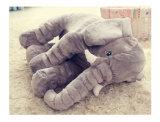 큰 귀를 가진 견면 벨벳 그리고 채워진 코끼리 장난감