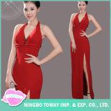 セクシーな女性の夕方の赤いマキシの長いプロム型の服