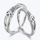 中心によって結ばれる銀製のカップルのリング