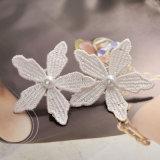 模造真珠文のスタッドのイヤリングが付いているピンクのハンドメイドのかぎ針編みの糸の花