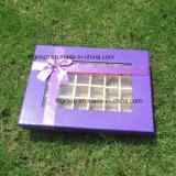Конфета картона верхнего сегмента кладет бумажную коробку в коробку шоколада с рассекателями