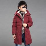 소년 겨울 두건이 있는 긴 아래로 재킷을 입힌다