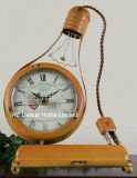 Старинные декоративные предметы антиквариата оранжевый свет лампы металлические формы стола часы