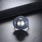 De manier Vrouwelijke Mooie Zircon bedekt de Plaatsende Zwarte Ring van de Parel