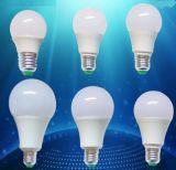 A luz de bulbo a mais quente do diodo emissor de luz da lâmpada E27 9W