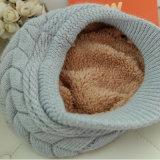 女性の冬の帽子の暖かい帽子の羊毛の内部によって編まれる帽子
