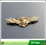Il pilota su ordinazione dell'oro traversa il distintivo volando di Pin