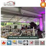 Tentes blanches de mariage pour 200 invités pour l'événement extérieur de mariage de l'usine