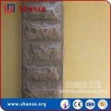 El hombre mira la piedra natural mosaico de la pared exterior