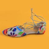 Santals perlés colorés de relation étroite de patte de fille des chaussures des femmes