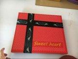 Purpurroter handgemachter Schokoladen-Kasten mit Farbband für Valentinsgruß-Tag