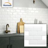 屋外の装飾的な壁は台所デザイン白いガラス地下鉄のタイルをタイルを張る