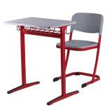 Estilo simples de salas de aula da escola, de mobília, de mesas dos estudantes e de cadeiras