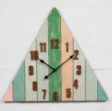 De antieke Driehoekige Kleurrijke Houten Klok van de Muur met Weinig het Verontrusten