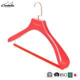 Kundenspezifische Luxuxform-rote hölzerne Aufhängungen mit weichem Hose-Stab