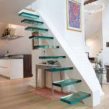 Escaleras de madera en forma de L con paneles de vidrio pasamanos