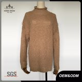 女性の長い袖によって苦しめられるニットウェアのタートル・ネックのセーター