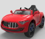 Kind-Fahrt auf elektrisches Spielzeug-Auto mit Fernsteuerungs