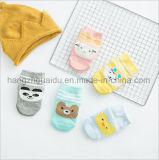 高品質の鮮やかなジャカード綿の赤ん坊の服のソックス